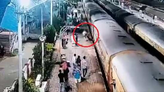 The image shows the cop saving the passanger.(Twitter/@RailMinIndia)