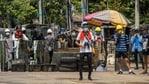Manifestantes anti-golpe se reúnem com escudos improvisados durante uma manifestação em Yangon, Mianmar, sexta-feira, 12 de março de 2021. (AP)