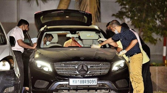 NIA officers investigate a car allegedly used by Sachin Vaze.( PTI)