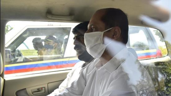 Sachin Vaze being taken to NIA court on Sunday. (HT File)