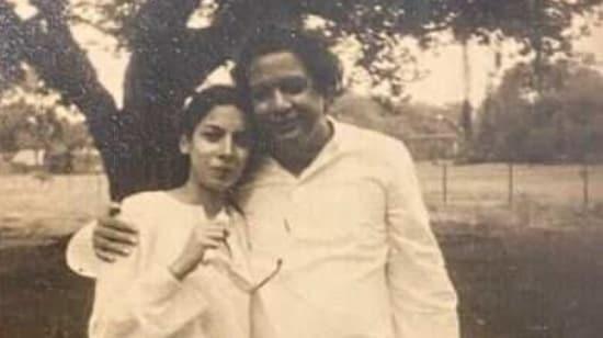 Shabana Azmi poses with her poet father Kaifi Azmi(Instagram)