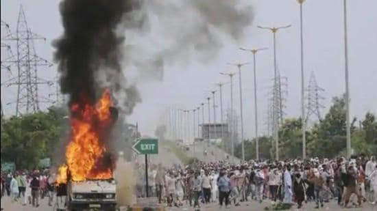 Dera Sacha Sauda followers attacking vehicles on the Zirakpur-Kalka highway on August 25, 2017, after sect chief Gurmeet Ram Rahim was convicted in Panchkula. State home minister Anil Vij said the Bill has been brought on public demand to protect property. (HT file photo)