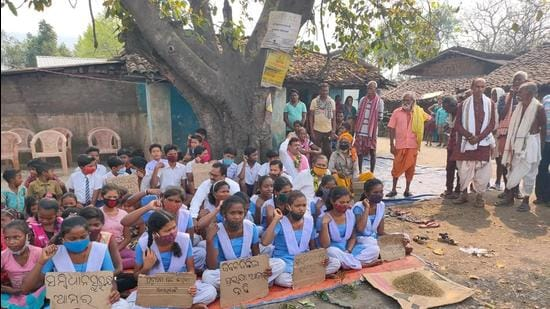 School children in Ratnapur village of Odisha's Sundargarh district at a protest site demanding the stoppage of coal trucks driving through their village.(HT PHOTO)
