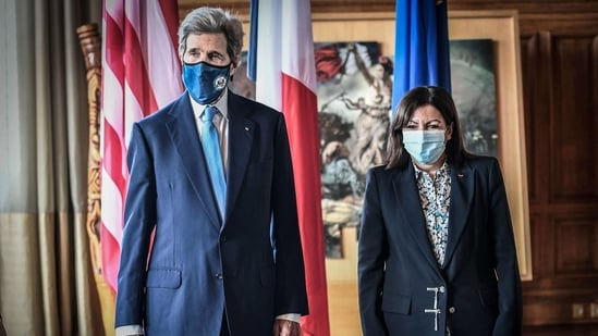 US climate envoy John Kerry (L) and the Mayor of Paris Anne Hidalgo pose for a photograph prior to their meeting at the Hotel de Ville, in Paris on March 12, 2021. - US climate envoy John Kerry confirmed on March 10, 2021, the United States would lay out new financing commitments for the Paris Agreement to cut greenhouse gas emissions ahead of an April 22 summit, the pact's fifth anniversary. (Photo by STEPHANE DE SAKUTIN / AFP)(AFP)