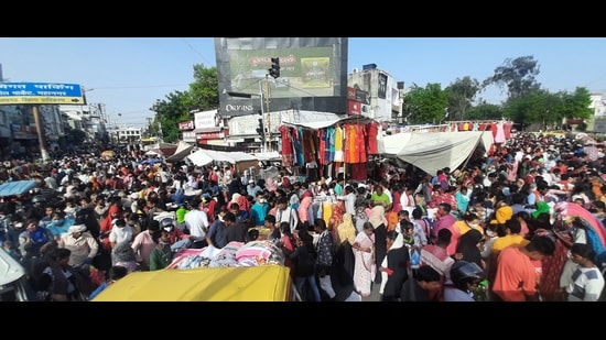 People converged at the Buddh Bazar in Lucknow on Wednesday. Most of them were not wearing masks. (Deepak Gupta/HT photo)