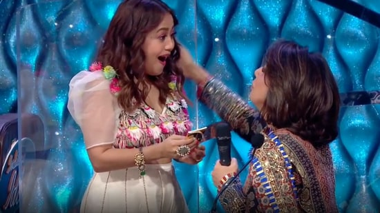Neha Kakkar was excited on receiving the gift from Neetu Kapoor.