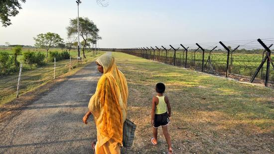 Fence at Indo-Bangladesh Petropol border at Benapole, in West Bengal. (HT Archive)