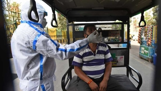 indiaThe government said that 89,836 samples were tested for the coronavirus disease (Covid-19) in last 24 hours. In picture - Health worker collecting samples.(HT Photo)