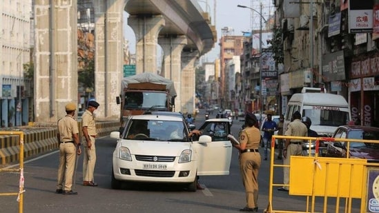 Police personnel check vehicles amid lockdown in Nagpur. (HT photo)