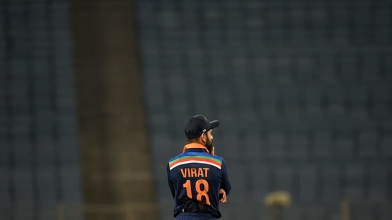 India's captain Virat Kohli fields during the second one-day international (ODI) cricket match between India and England at the Maharashtra Cricket Association Stadium in Pune on March 26, 2021. (Photo by Punit PARANJPE / AFP) / IMAGE RESTRICTED TO EDITORIAL USE - STRICTLY NO COMMERCIAL USE(AFP)
