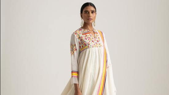This Neo Phulkari look is ideal for intimate Holi celebrations (Photo: Instagram/SukritiAndAakritiOfficial)