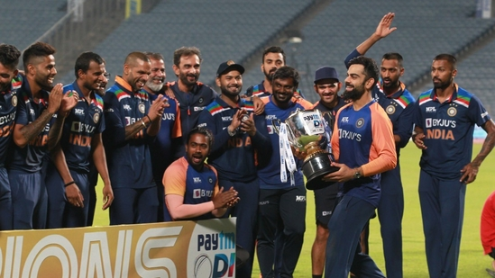 Team India celebrates with the ODI series trophy after beating England 2-1.(Twitter (Ravi Shastri))