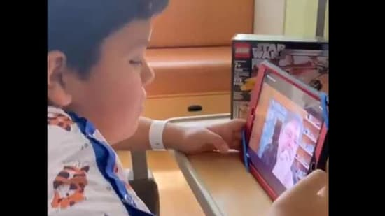The image shows Nathan speaking to Mark Hamill via video call.(Twitter/@ChildrensLA)