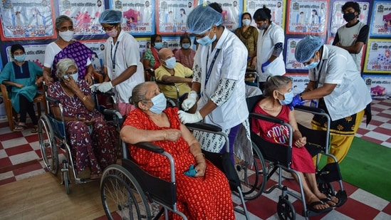 Healthcare workers administer the first dose of Covid-19 vaccine to senior citizens, at a hospital in Thane, on Saturday.(PTI Photo)