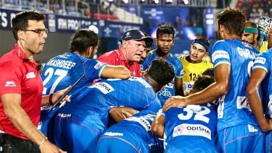 Graham Reid with players of the Indian national hockey team. (Hockey India)