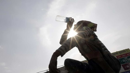 Weather department officials said the current spell of heat wave was likely to continue for another 24 hours. (Rahul Raut/HT PHOTO)