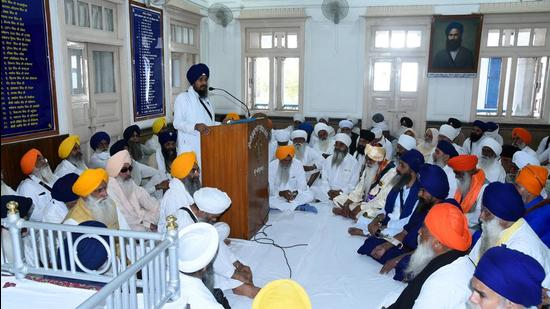 Giani Harpreet Singh, the acting Jathedar of Akal Takht, addressing a a meeting of the Sant Samaj, Nihang sects, Kar Sewa organisations and traditional Sikh bodies at the SGPC headquarters in Amritsar on Saturday. (Sameer Sehgal/HT)
