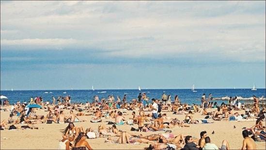 Beach partygoers in Spain's Barcelona to wear masks on beach, skip if sunbathing(Photo by Federico Giampieri on Unsplash)