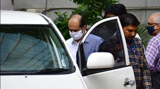 Sachin Vaze being taken to a court by National Investigation Agency (NIA) for a hearing in connection with a probe into the recovery of explosives from a car parked near industrialist Mukesh Ambani's house, in Mumbai. (HT Photo)