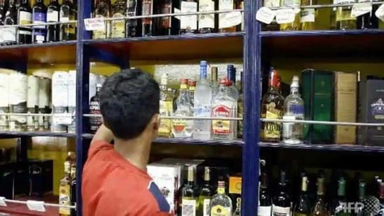 Delhi has 849 liquor stores, of which 276 are privately run. Retail liquor licences are given through an application for a fee of <span class='webrupee'>₹</span>8 lakh.(Representational image)