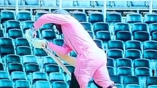 Temba Bavuma's bat breaks during the second ODI vs Pakistan.(Twitter)