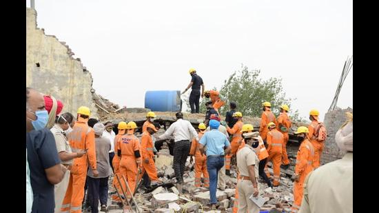 Efforts on to rescue four people trapped after the roof collapse at a factory in Ludhiana on Monday. (Harsimar Pal Singh/HT)
