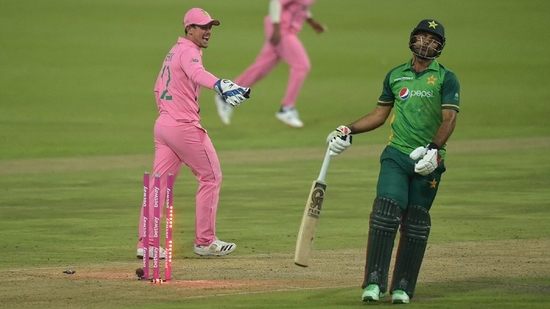 Quinton de Kock (left) celebrates Fakhar Zaman's run out in the second ODI. (Twitter)