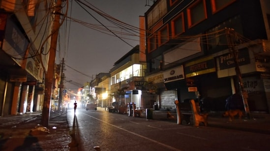 The night curfew is the first restriction imposed by the government in the Capital, where the rate of new cases has jumped 130% in just the past week.(Sanchit Khanna/HT Photo)