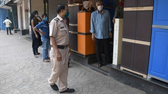 Mumbai police shutting down all shops apart from those deemed essential at Dadar. Photo by Bhushan Koyande/Hindustan Times)