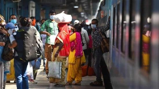 A rush of passengers wearing face masks is seen at New Delhi Railway Station. (Raj K Raj / HT Photo)