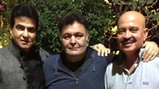 Jeetendra and Rakesh Roshan pose with Rishi Kapoor in this throwback pic.