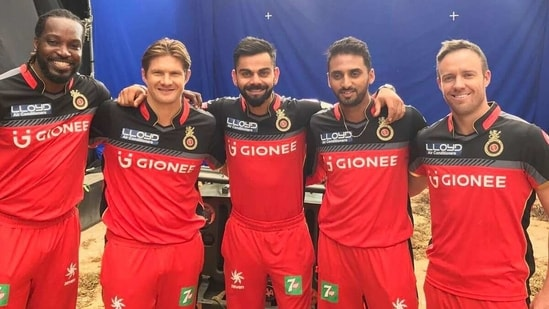 Shane Watson (second to left) with his teammates at RCB in 2016.(Shane Watson/Instagram)