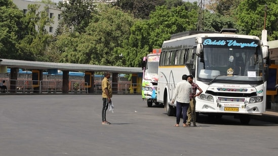Privates buses ferrying stranded passengers from Majestic city Bus Stand during a strike called by KSRTC and BMTC, in Bengaluru. (Photo by Sampath Kumar GP / Hindustan Times)
