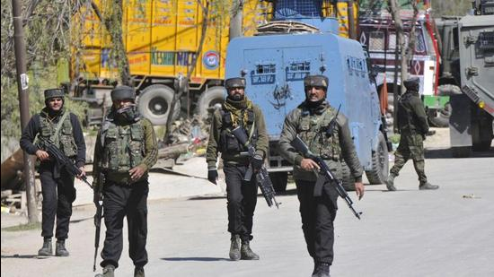 Kashmir IG had asked media in a statement not to interfere in professional and bonafide duty of police and security forces at the encounter sites.(HT Photo/Waseem Andrabi)