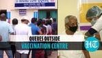ओडिशा में टीकाकरण केंद्र के बाहर लोग लाइन में लगे