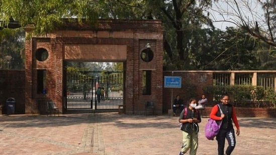 Delhi University last week issued guidelines asking students to stay at home or hostel and avoid going to the campus for academic work unless it was unavoidable.(HT file photo)