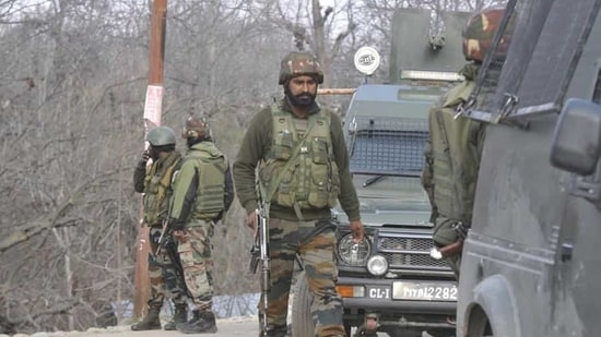 Army soldiers near the site of encounter in Shopian. ((Waseem Andrabi/Hindustan Times))