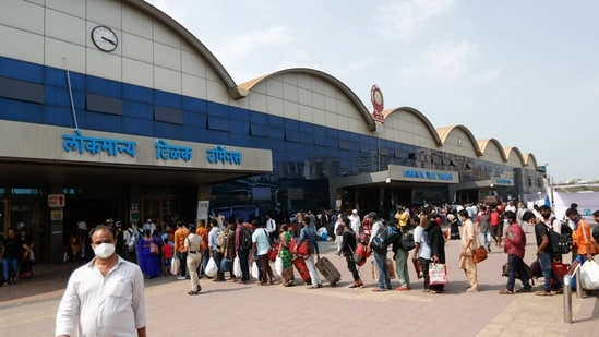 People wearing protective masks stand in line at a railway station amidst the spread of the coronavirus disease (COVID-19) in Mumbai, India, 9 April, 2021. REUTERS/Francis Mascarenhas(REUTERS)