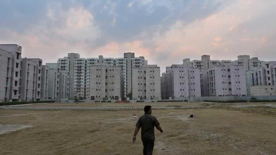 Apart from CGHS plots, DDA has also put on sale 76 institutional plots, 27 industrial plots, 36 residential plots, 125 shops in its district/community/local shopping centres, six restaurant units and 33 commercial plots.(HT Photo)