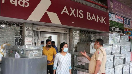 Police carrying out investigations at the bank in Sector 34, Chandigarh, on Sunday. (HT Photo)
