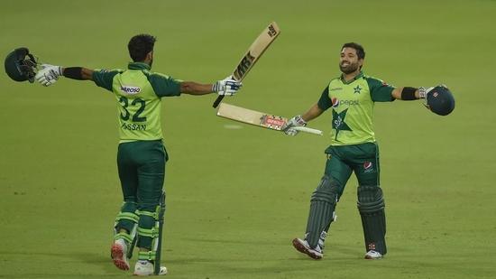 Pakistan batsmen celebrate after winning the first T20I against South Africa.(Twitter)
