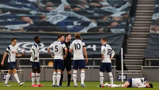 Tottenham Hotspur's Harry Kane and teammates remonstrate with referee Chris Kavanagh as Tottenham Hotspur's Son Heung-min reacts Pool via REUTERS/Adrian Dennis(Pool via REUTERS)
