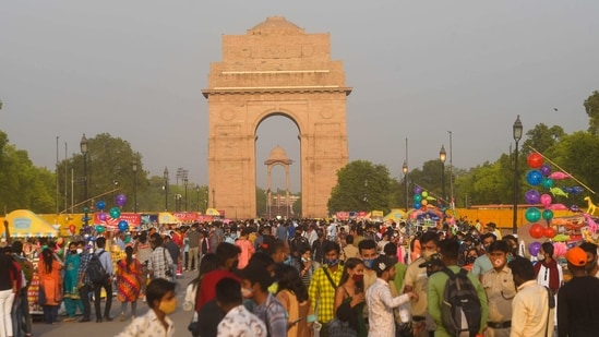 People flout covid norms amid rise in cases, at India Gate in New Delhi, India, on Sunday, April 11, 2021. (Amal KS/HT PHOTO)