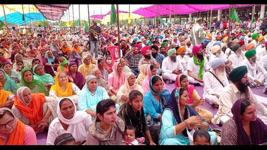Women at a 'maha rally', held to mobilise people against the new agri laws of the Centre, in Gurdaspur on Monday. (HT photo)