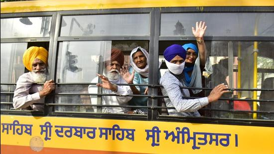 Members of the Sikh jatha leaving for the border in Amritsar on Monday morning. (Sameer Sehgal/HT)
