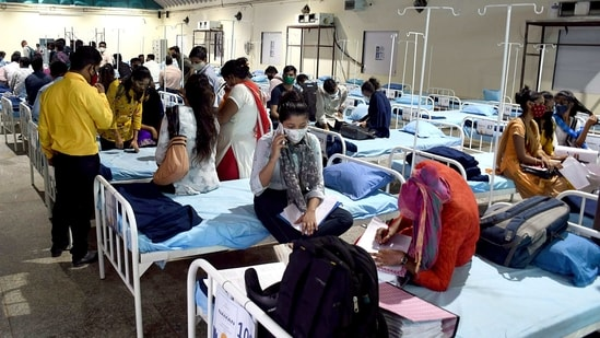 Paramedical staff interacts with Covid-19 Patients at Nehru science centre in Mumbai on Tuesday. (ANI Photo)