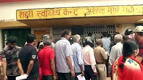People queue up outside an inoculation centre for Covid-19 vaccine during Tika Utsav, at Ashok Nagar in Ranchi, Jharkhand, on Sunday, April 11. (ANI)(HT_PRINT)