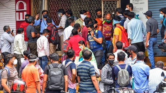 Huge crowd outside the office of Chemists Association in Pune, demanding the necessary Remdesivir injections for the treatment.(PTI)