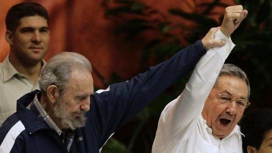 Former Cuban leader Fidel Castro (L) holds up the arm of his brother, Raul Castro, first secretary of Cuba's communist party.(Reuters / File Photo)