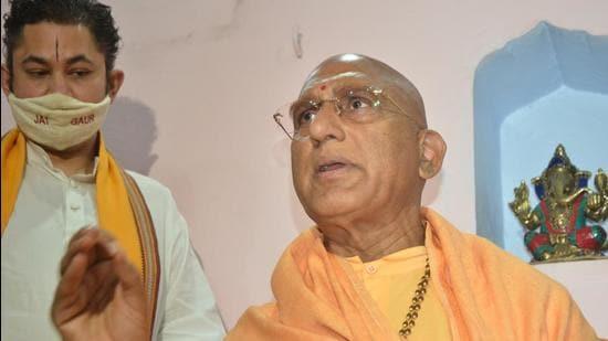 Juna Akhada Mahamandleshwar Avdheshanand Giri addresses the media at Haridwar Mahakumbh on Saturday. (Rameshwar Gaur/HT PHOTO.)
